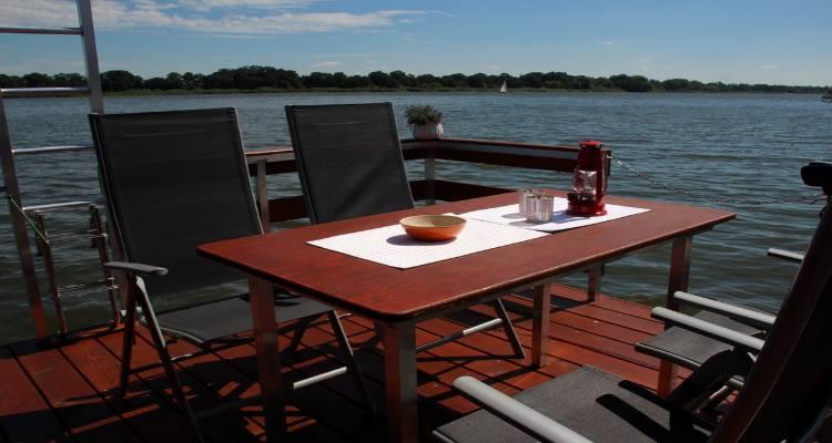 4 Stühle und ein Tisch auf der Terrasse des Hausboot