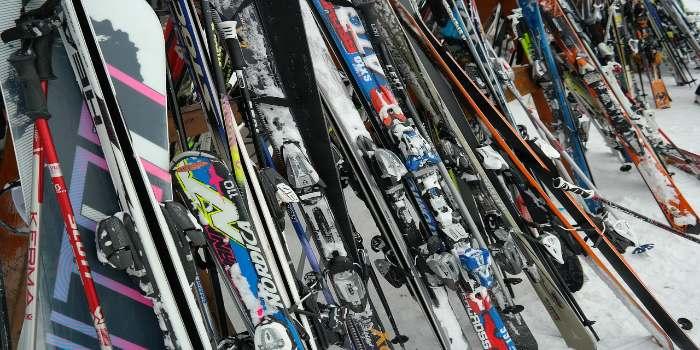 Viele Skier vieler Marken