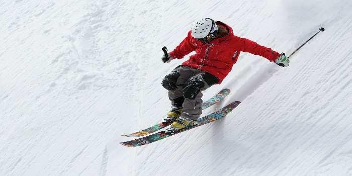 Ein Skifahrere auf einer steilen Skipiste