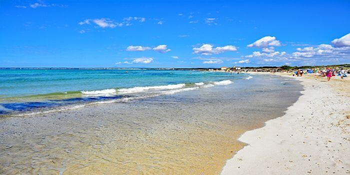Sandstrand Es Trenc mit blauem Himmel im Hintergrund