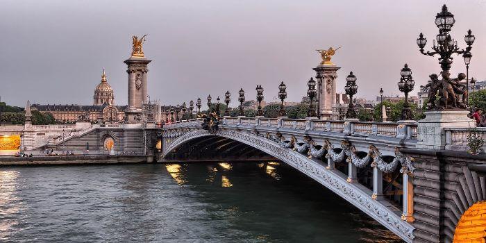 Bild von einer Brücke die sich über den Fluß Seine spannt