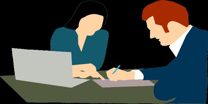 eine Versicherungsvertreterin und ein Kunde sitzen beim Beratungsgespräch