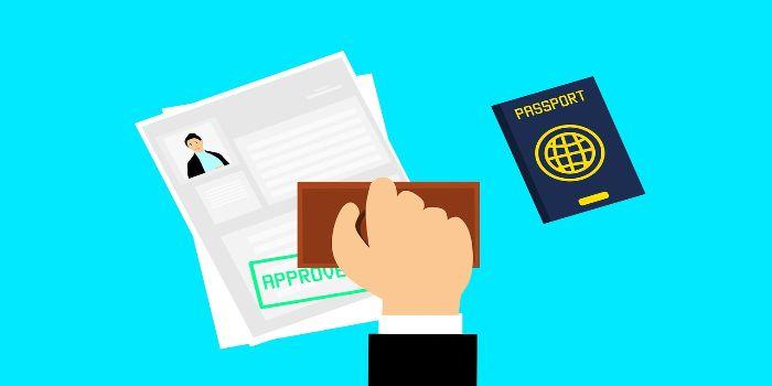ein positiv abgestempeltes Visum und rechts daneben liegt ein Reisepass