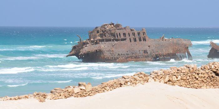 Bild von einem Schiffswrack das vor der Küste auf der Insel Boa Vista liegt