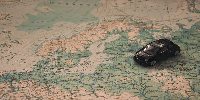 Das Bild zeigt eine Landkarte von Skandinavien mit einem Modellauto drauf