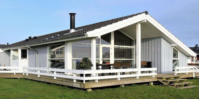 Ein weiß gestrichenes Holz Ferienhaus in Dänemark
