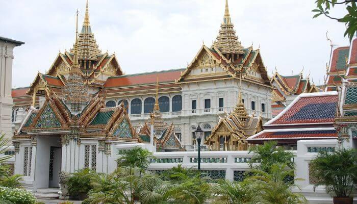 Ein Bild von einem Tempel in Bankok mit aufwendiger Dachverzierung.
