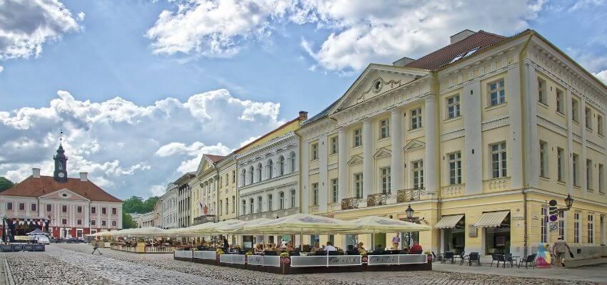Gut Restaurierte Gebäude am Rathausplatz von Tartu.