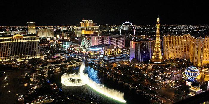 Das Bild zeigt den Bellagio Springbrunnen und im Hintergrund sieht man den Eiffel Tower.
