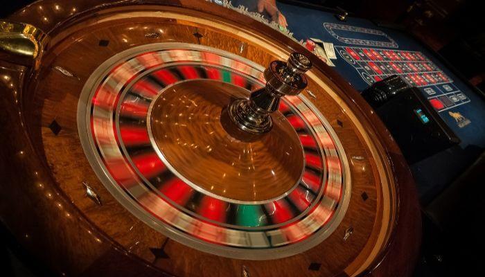 Das Bild zeigt einen Roulette Tisch.
