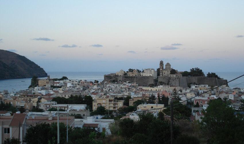 Die Altstadt von Lipari mit dem Meer im Hintergrund.