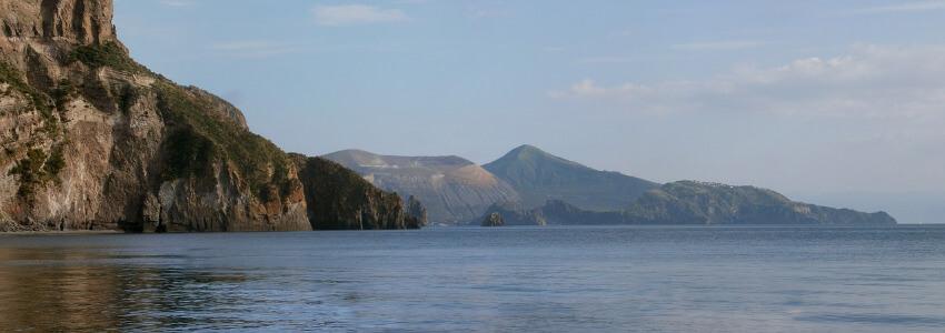 Eine karg bewachsene Vulkan Insel.