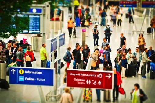 Viele Menschen warten am Flughafenterminal