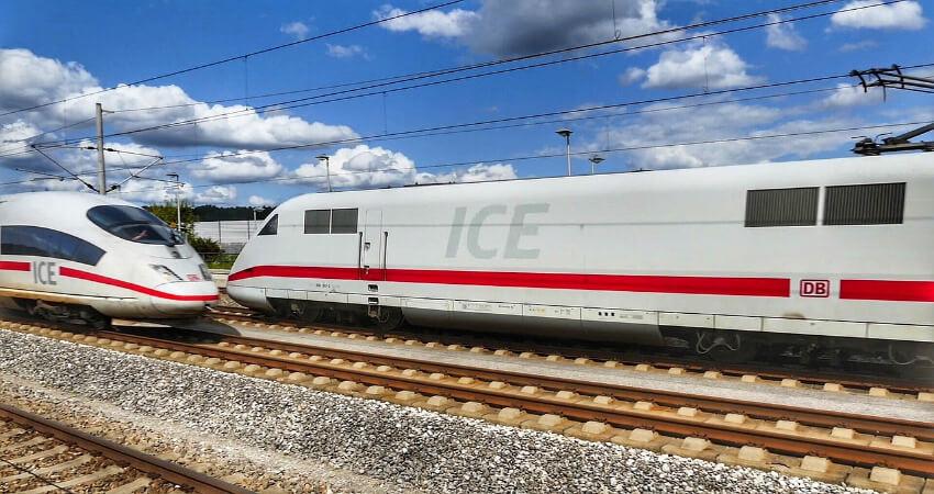 Zwei ICE Züge der Deutschen Bahn queren sich.