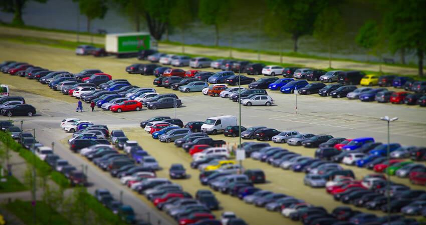 Viele Autos stehen auf einem großem Parkplatz.
