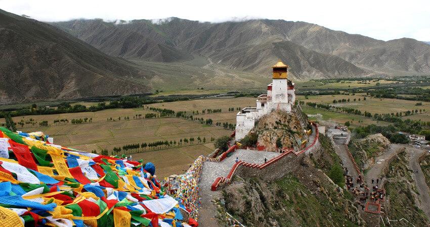 Ein Kloster in Tibet von der Luft aus fotografiert.