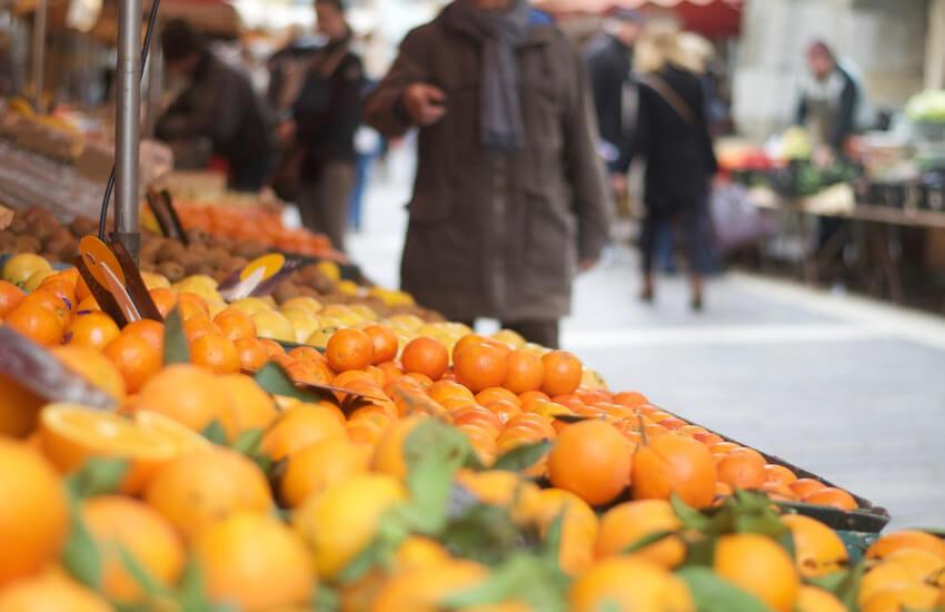 Ein Marktstand mit vielen Zitrusfrüchten schön aufgereiht.