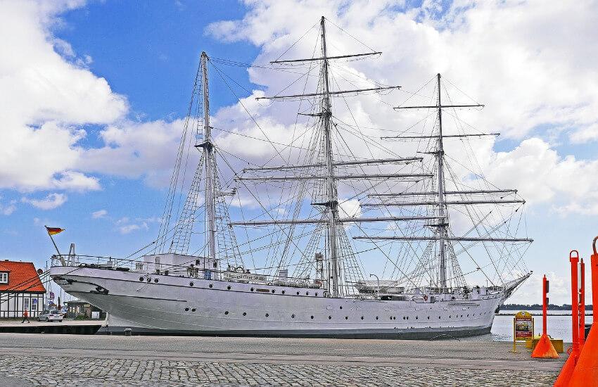 Ein großes Segelschiff am Hafen von Stralsund.