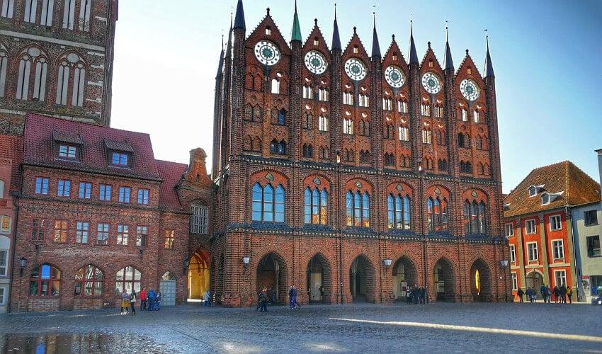 Das Rathaus von Stralsund unter blauem Himmel.