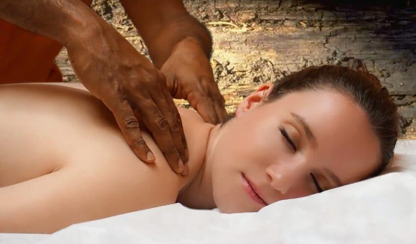 Eine junge Frau genießt eine Rückenmassage.