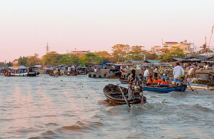 Ein Fluss mit vielen kleinen Booten, Touristenboote und Händlerboote.