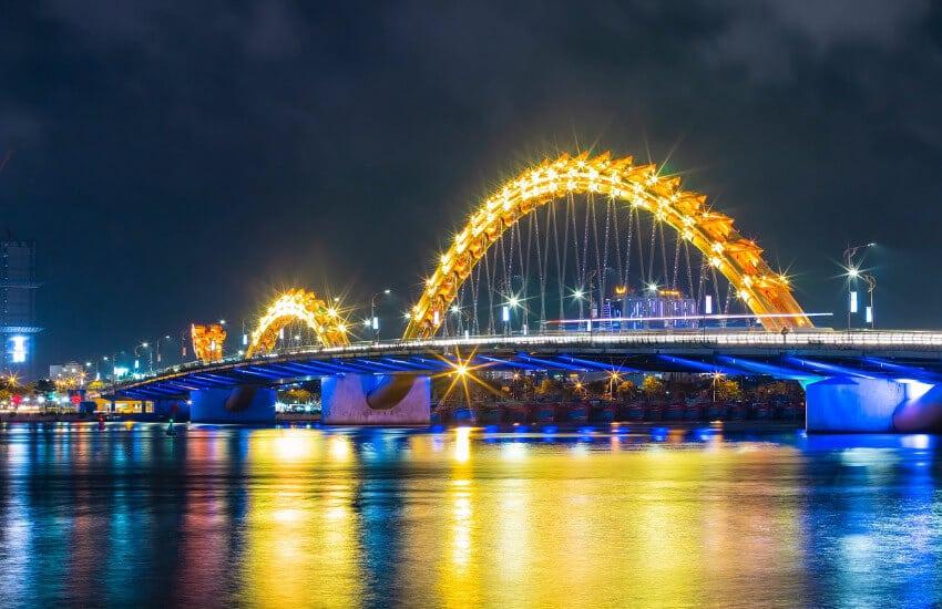 Eine hell beleuchtetet Brücke bei Nacht.