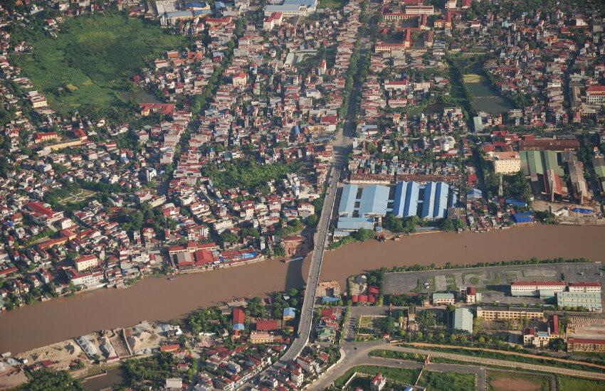Eine Luftaufnahme von der Stadt Hai Phòng mit vielen Häusern mit etwas Grün inzwischen.