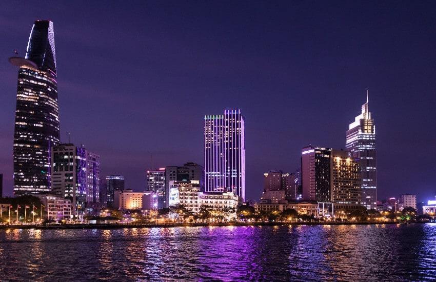 Die beleuchtete Skyline der Stadt Ho-Chi-Minh-Stadt bei Nacht.