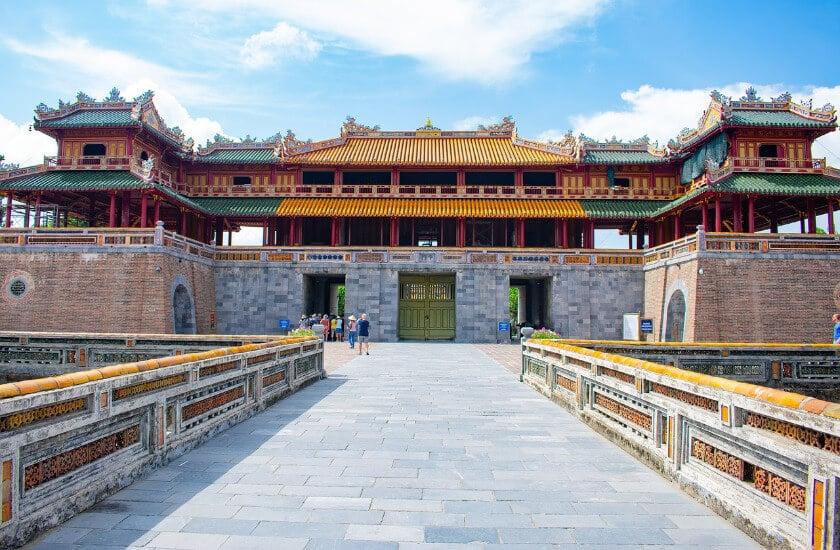 Ein Tempel in Hue aus Stein mit gelben und grünen Dach.