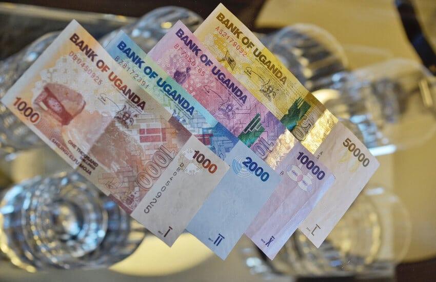 Vier Uganda Schilling Papiergeld. Ein 1000, ein 2000, ein 10.000 und ein 50.000 Uganda Schilling Schein.