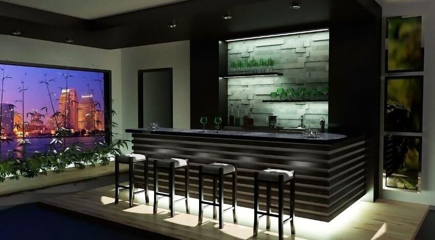 Eine Bar in einem dunklen Holz mit viel Beleuchtung und Barhockern davor.