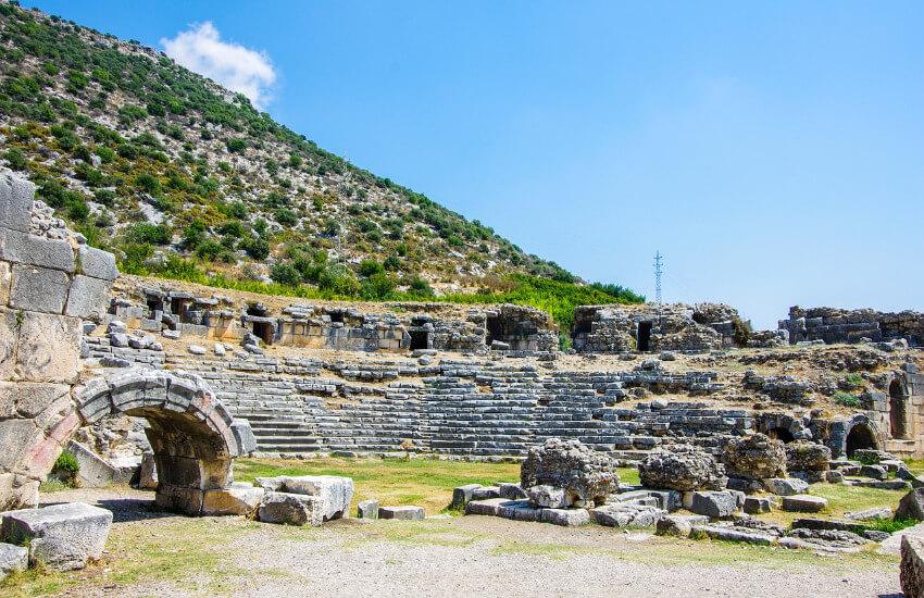 Reste auf einer antiken Stadt aus Steinen erbaut.